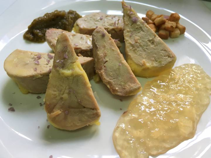 Micuit de foie con gelé de violetas y mermelada de olivas verdes